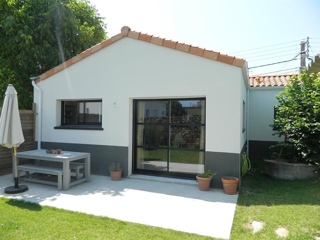 Terrasse maison moderne mc immo for Terrasse jardin immobilier